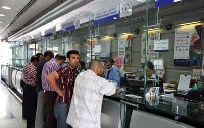 بعد محاولة الحوثيين الإستيلاء عليها.. تاجر في صنعاء يحرق ملايين الريالات من العملة الجديدة