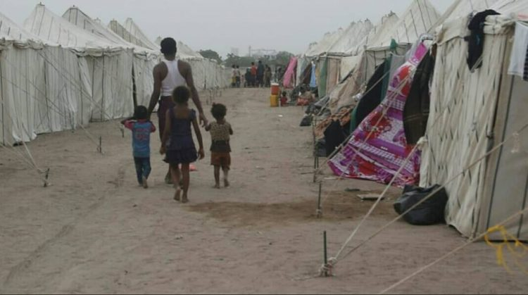 قوات أمنية تتبع مدير أمن لحج تقتحم مخيما لنازحي الحديدة