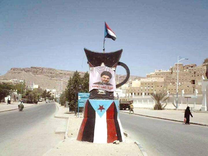 انصار المجلس الانتقالي يرفعون صور حسن نصر الله في شوارع عدن