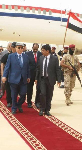 شاهد بالصور من استقبله.. هادي يصل الى محافظة المهرة