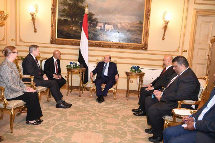 القاهرة: الرئيس هادي يلتقي السفير الأمريكي لدى بلادنا