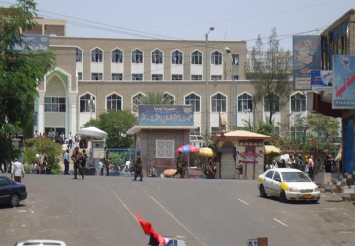 مليشيا الحوثي تقصف مستشفى الثورة بتعز وإصابة 3 مدنيين بينهم إمراة