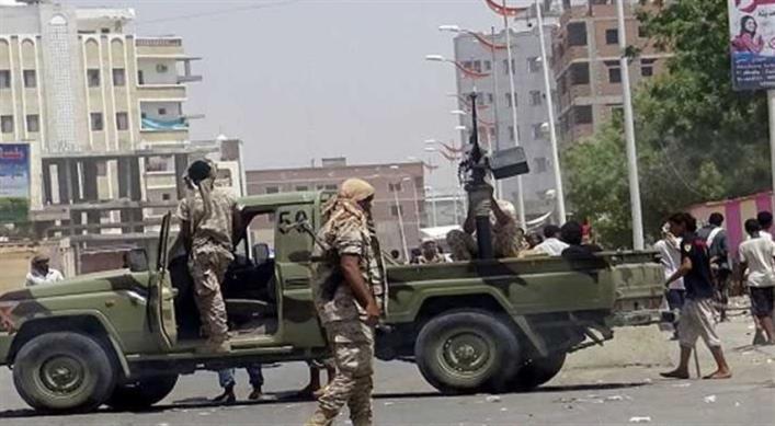 مسلحون في العاصمة المؤقتة عدن ينهبون مرتبات موظفي مكتب التربية بأبين