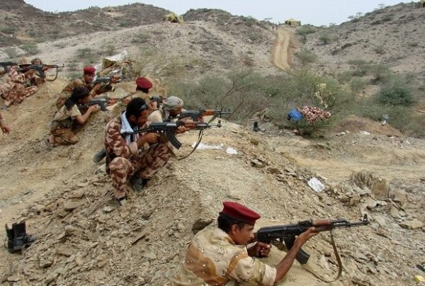 """القوات الحكومية اليمنية تتقدم لـ """"قطع رأس الأفعى"""" في مخبأ الحوثي بصعدة"""