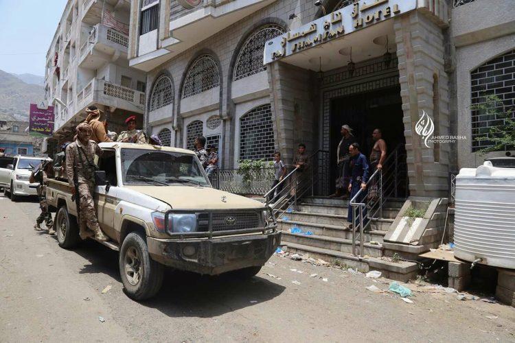 اللجنة الرئاسية تخلي جميع المباني بتعز من المسلحين وتسلمها لأصحابها بحماية من الشرطة العسكرية وقوات الأمن