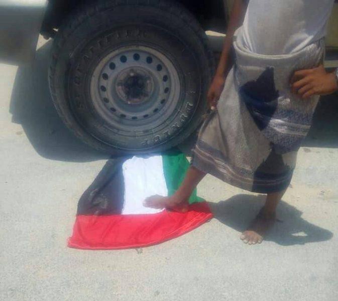 احتجاجات في المكلا وتمزيق صور ابناء زايد، والسلطة المحلية تصدر بيان (صور)