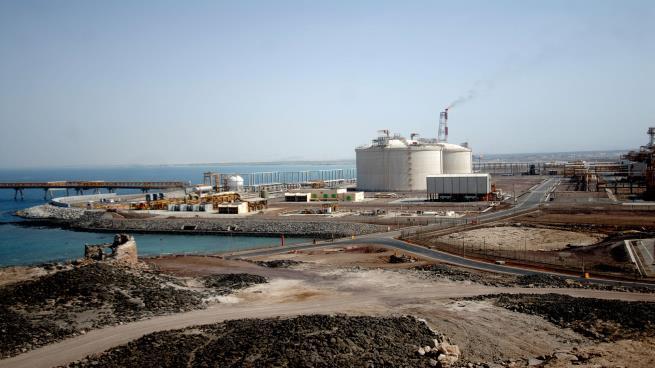 قوات النخبة الشبوانية الموالية للإمارات تستهدف أهم منشأة صناعية باليمن