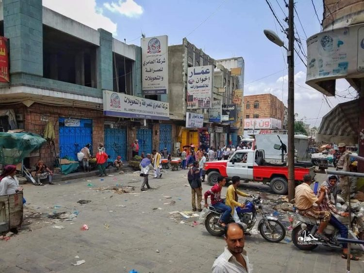 القوات الأمنية تخلي سوق شعبي من بائعي القات في تعز وتدعو المواطنين إلى إعادةفتح محلاتهم