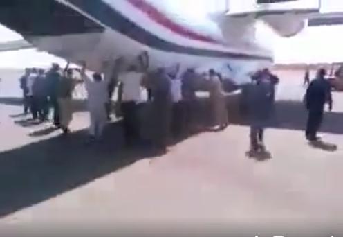 فيديو صادم من عدن.. مسافرون يدفعون بطائرة اليمنية عقب تعطل إطارها الأمامي