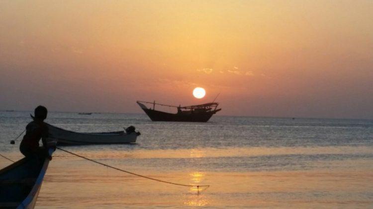 إصطياد أكياس صابون في عدن.. سفينة محملة بكميات كبيرة من الصابون تغرق في خليج عدن