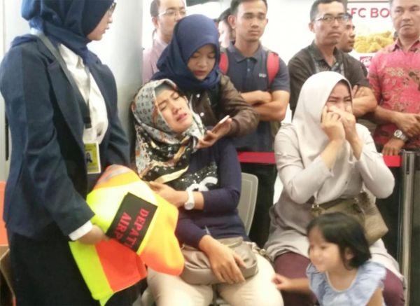 تحطم طائرة تحمل 189 شخصا قبالة إندونيسيا وانتشال أشلاء