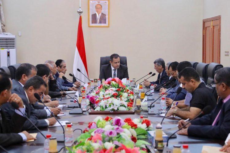 عدن:بحضور رئيس واعضاء اللجنة الاقتصادية.. رئيس الوزراء يعقد إجتماعاً موسعاً بالغرفة التجارية والتجار