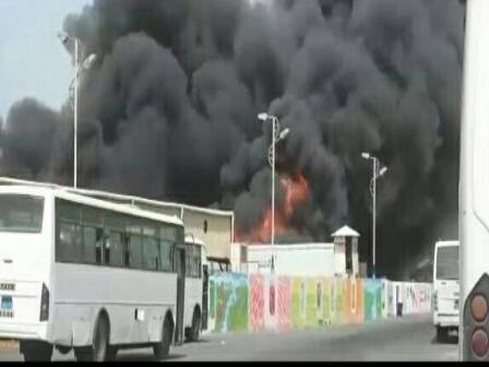 مليشيا الحوثي تقصف عددًا من المصانع ومخازن المواد الإغاثـية في الحديدة وتقتحم منازل المواطنين