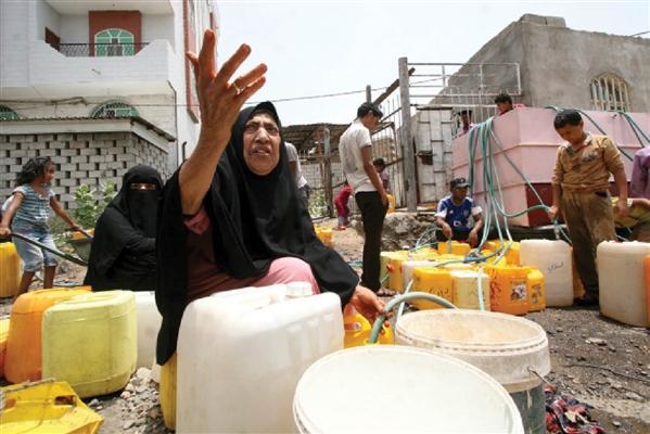 الحوثيون.. يد تقتل وأخرى تسرق الطعام