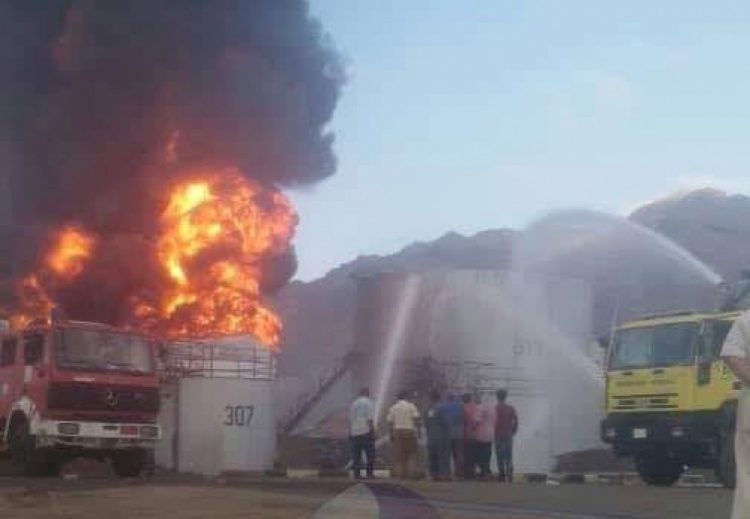 شاهد بالصورة.. فرق الاطفاء تواصل محاولات إخماد حريق مصافي عدن المشتعل منذ الامس