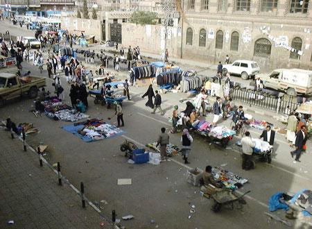 ميليشيات الحوثي تعبث بممتلكات بائعي البسطات في شوارع صنعاء