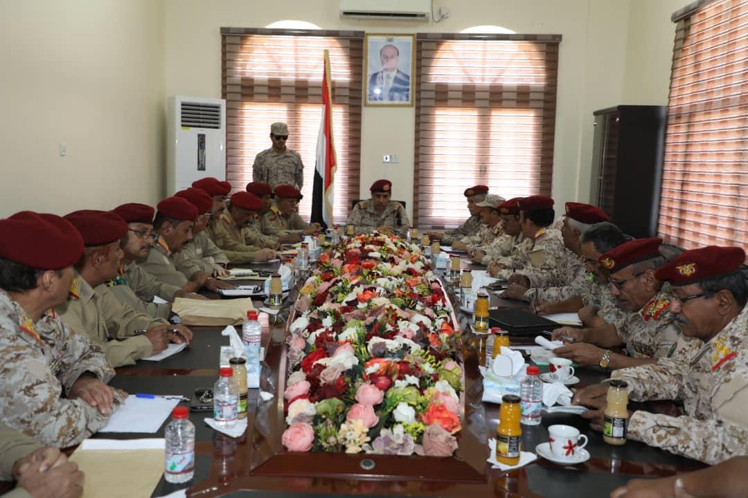 في اجتماع له بهيئات ودوائر وزارة الدفاع.. النخعي يؤكد على أهمية تعزيز دور الدولة في عدن