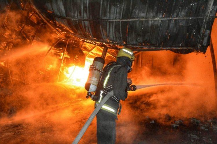عاجل.. حريق ضخم يلتهم أربعة صهاريج تحتوي على مواد بترولية في جدة (صور)