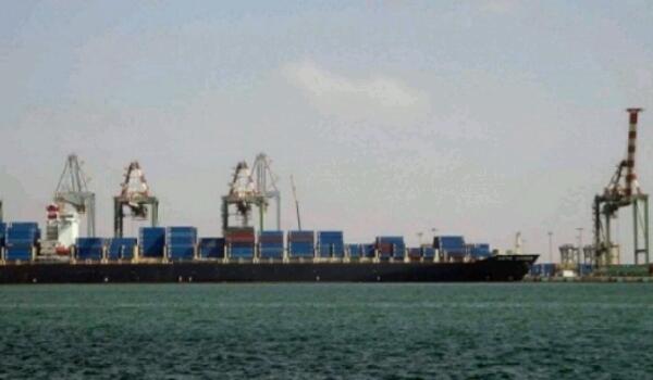إتهم المليشيا برفض استقبال السفن.. التحالف العربي يصدر 5 تصاريح لسفن متجهة للحديدة