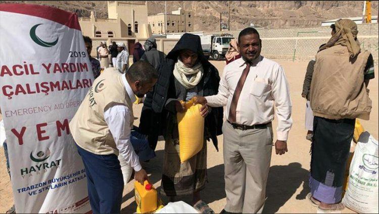 """جمعية """"الخيرات"""" التركية تقدم 500 سلة غذائية لأسر نازحة في اليمن"""