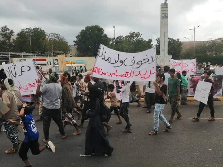 """عدن.. حشود كبيرة بساحة العروض تهتف ضد الامارات وتطالب بإلقاء القبض على هاني بن بريك ومليشياته """"فيديو وصور"""""""