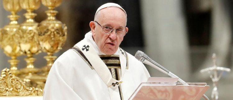 مغردون يهاجمون الإمارات.. بررت سفكها للدماء في اليمن بقميص البابا وعمامة الأزهر
