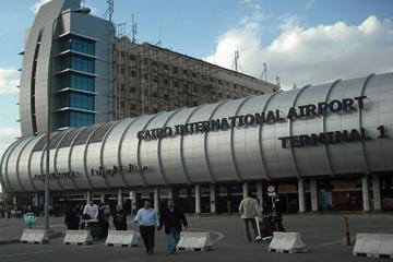 القاهرة توقف مجموعة من كبار المسؤولين اليمنيين في المطار لساعات