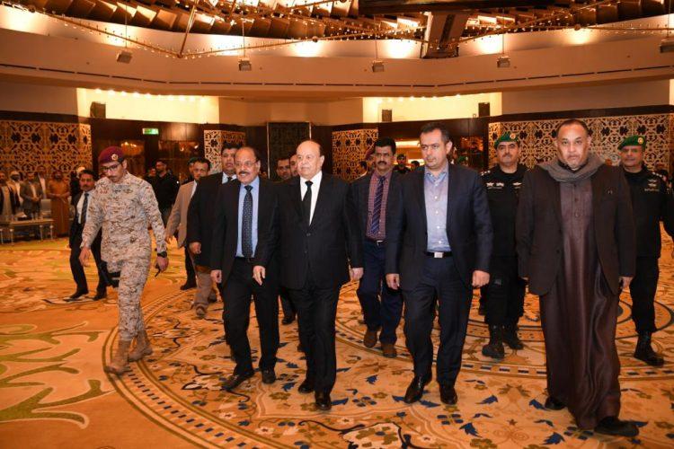 الرئيس هادي ونائبه الأحمر يؤديان واجب العزاء بوفاة والد رئيس الوزراء معين عبدالملك (صور)