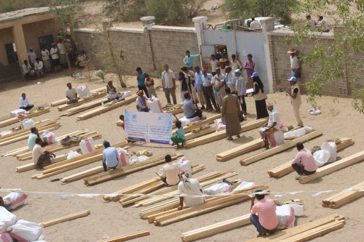 """""""كل البنات"""" توزع  160 حقيبة مأوى ضمن مشروع لإنقاذ حياة النازحين الضعفاء بالحديدة"""