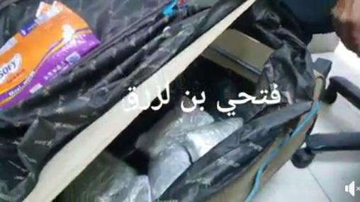 """امن مطار عدن يحبط محاولة مسافرة يمنية تهريب """"قات"""" إلى الأردن """"فيديو"""""""