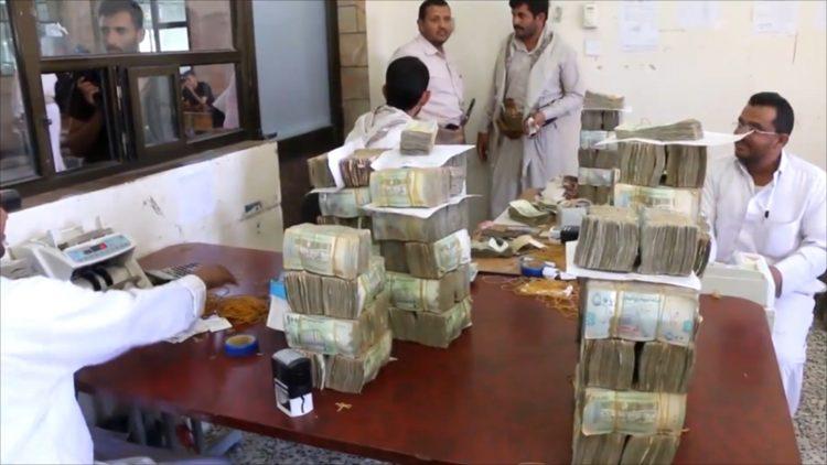 بعد توحيهات الرئيس هادي.. البدء بصرف راتب شهرين لموظفي محافظة الحديدة