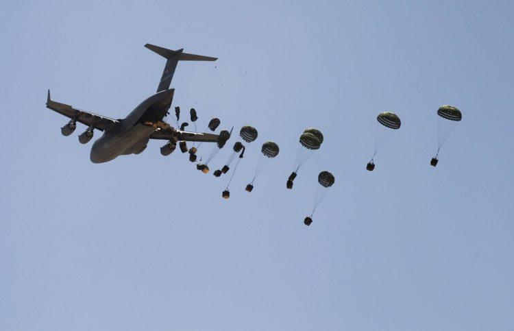 مقاتلات التحالف العربي تنفذ ثالث عملية انزال جوي في حجور