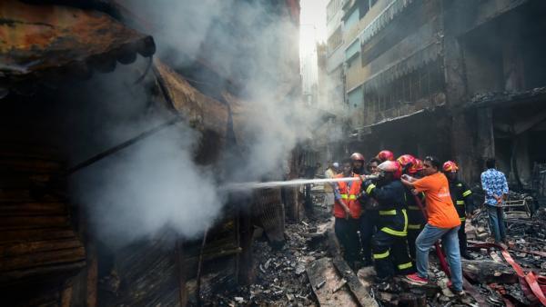 إثر حريق إندلع في مباني سكنية.. مقتل ما لا يقل عن 70 مواطنا في بنغلادش