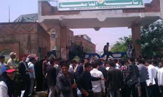 لهذا السبب.. مليشيا الحوثي تقوم بشتم طالبات جامعة إب وتهددهن بالسجن