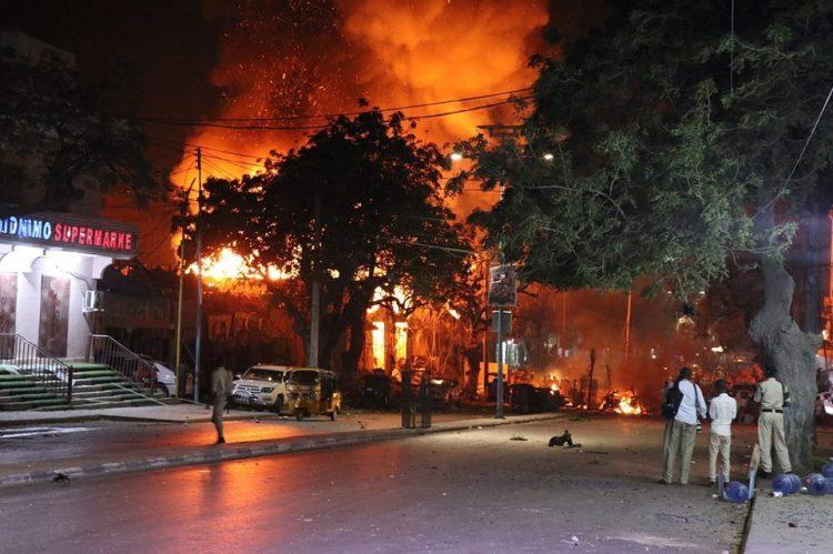 """عاجل.. انفجاران يهزان شارع مكة بالعاصمة الصومالية مقديشو """"تفاصيل"""""""