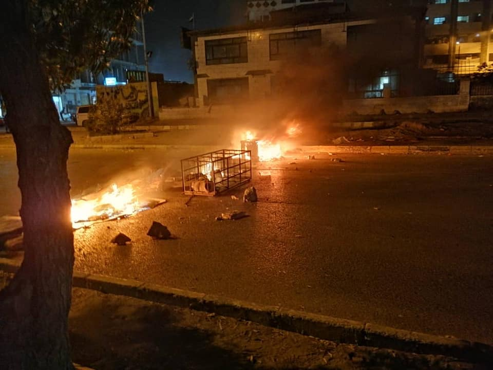 قطع للشوارع الرئيسية واغلاق للطرقات واحراق للإطارات.. الاحتجاجات الشعبية تتصاعد في العاصمة المؤقتة عدن