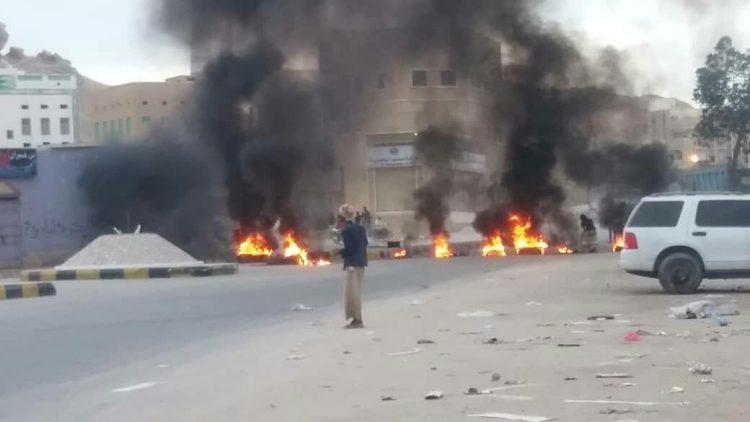 الانتقالي ينقل الفوضى إلى حضرموت.. محتجون يقطعون شوارع في سيؤون للمطالبة بإجلاء قوات الجيش من المدينة