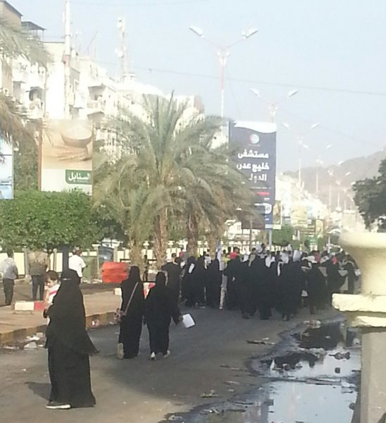 """عاجل.. بمشاركة نسائية حاشدة.. خروج مظاهرة غاضبة في شوارع عدن """"صور"""""""