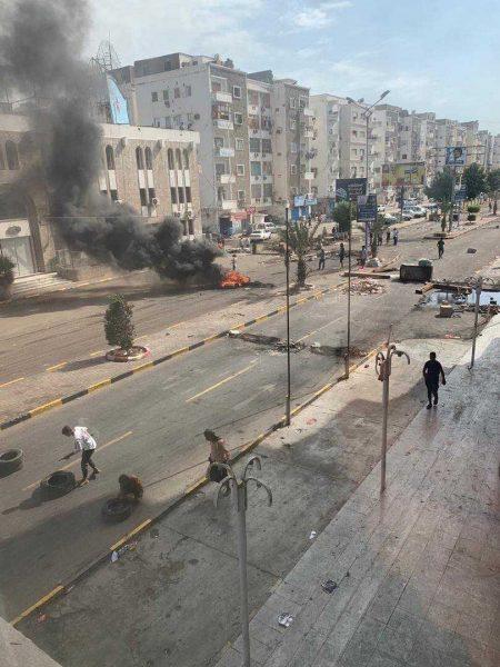 """بعد تحول المظاهرات إلى اشتباكات مسلحة في عدن.. مسؤول أمني: سيتم تسليم قتلة """"دنبع"""" اليوم"""