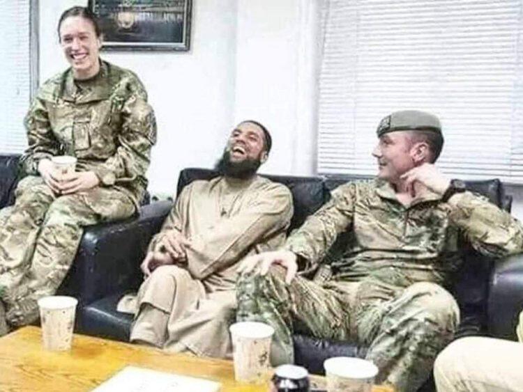 """شاهد بالصورة .. الضابط الفرنسي الذي كان شيخاً لدى """"داعش"""" يعود إلى مهمته الرسمية في مخابرات بلده"""