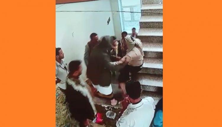 شاهد بالفيديو.. مليشيا الحوثي تعتدي بالضرب على رجل أعمال بالحوبان