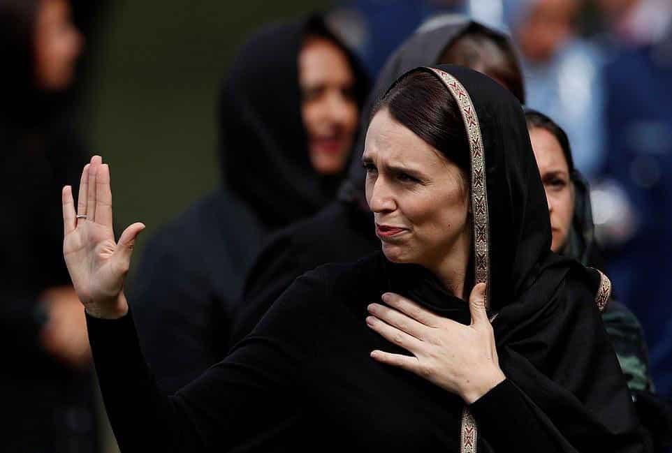 بالصور والفيديو.. نساء نيوزيلندا يرتدين الحجاب، وحضور شعبي ورسمي في صلاة الجمعة وتشييع الشهداء