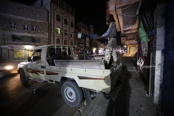 نجاة مسؤولين في تعز من كمين من قبل العناصر الخارجة عن القانون استهدفهم في مقر أبو العباس