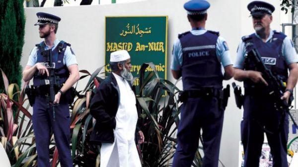"""بعد الهجوم الإرهابي.. عودة المصلين لـ"""" مسجد النور"""" وسط حشود غفيرة من الزائرين في نيوزيلندا"""