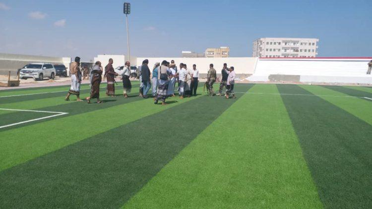رئيس الاركان ومحافظ المهرة يطلعان على مشروع تعشيب ملعب مخبال في المهرة
