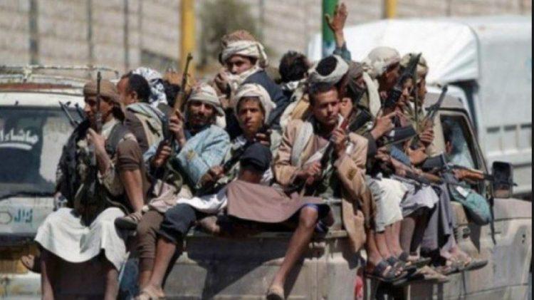 بعد تقدم قوات الجيش.. مليشيا الحوثي تداهم منازل المواطنين وتختطفهم في عبس بحجة