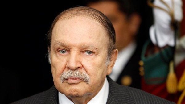 رئيس الجزائر بوتفليقة يقدم استقالته من منصبه.. وهؤلاء هم المرجح بتولي المنصب