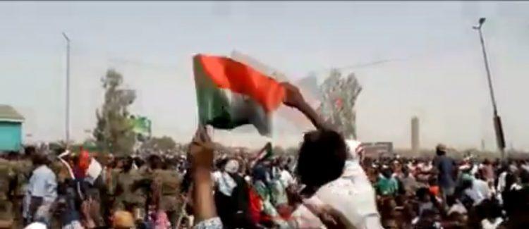 """الكشف عن اعتقال 6 مسؤولين سودانيين.. وزير الدفاع السوداني يعلن """"اقتلاع النظام ورأسه"""""""