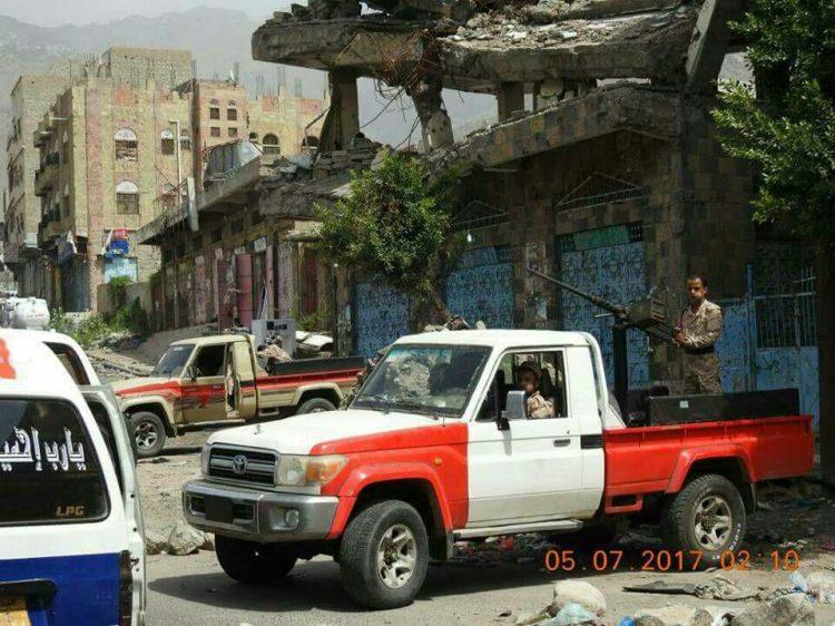 مسلحون يهاجمون المقر المؤقت لمحافظة تعز وإصابة إمارة وطفل خلال الهجوم