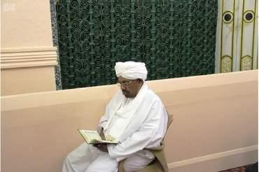 """صحيفة تكشف لحظات ما قبل اعتقال """"البشير"""" من المسجد وبماذا أوصى معتقليه"""